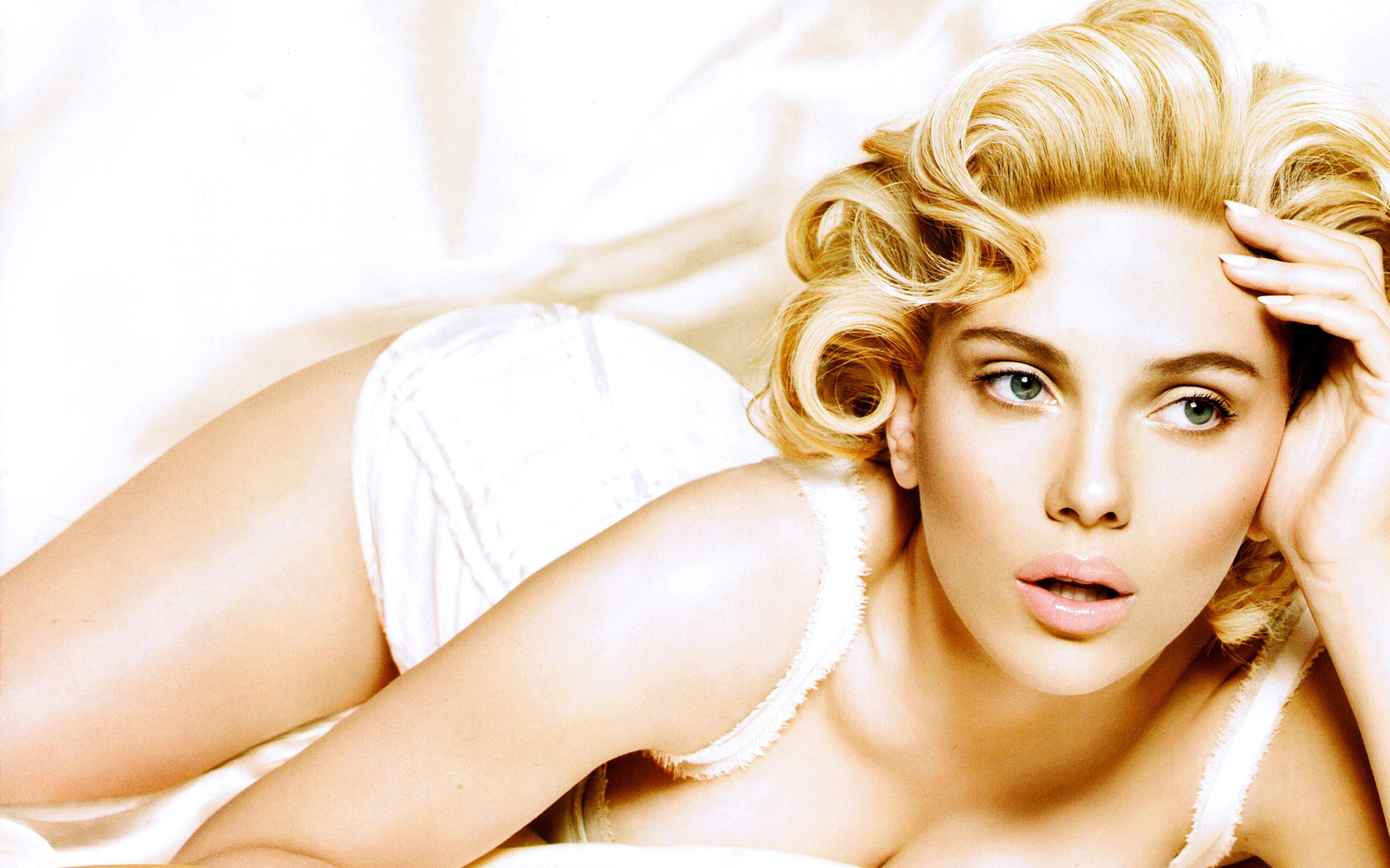 Scarlett Johansson Monro look - Scarlett Johansson Net Worth, Awards, Movies and Private Life, Pictures and Wallpapers
