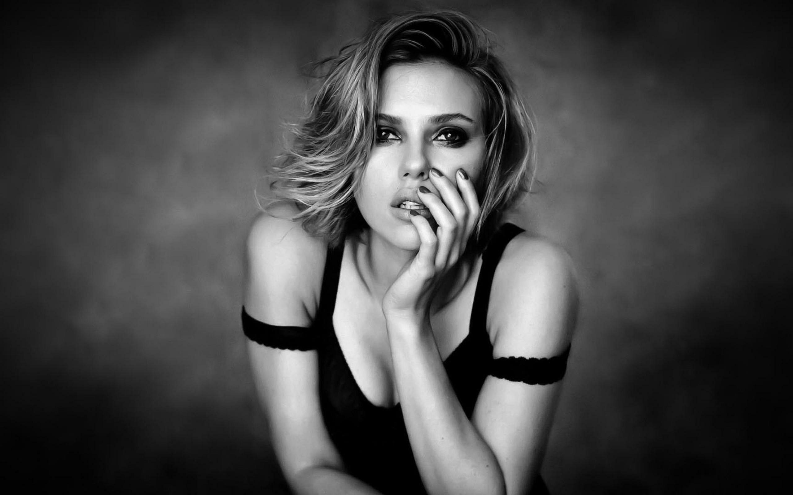 Scarlett Johansson black and white - Scarlett Johansson Net Worth, Awards, Movies and Private Life, Pictures and Wallpapers