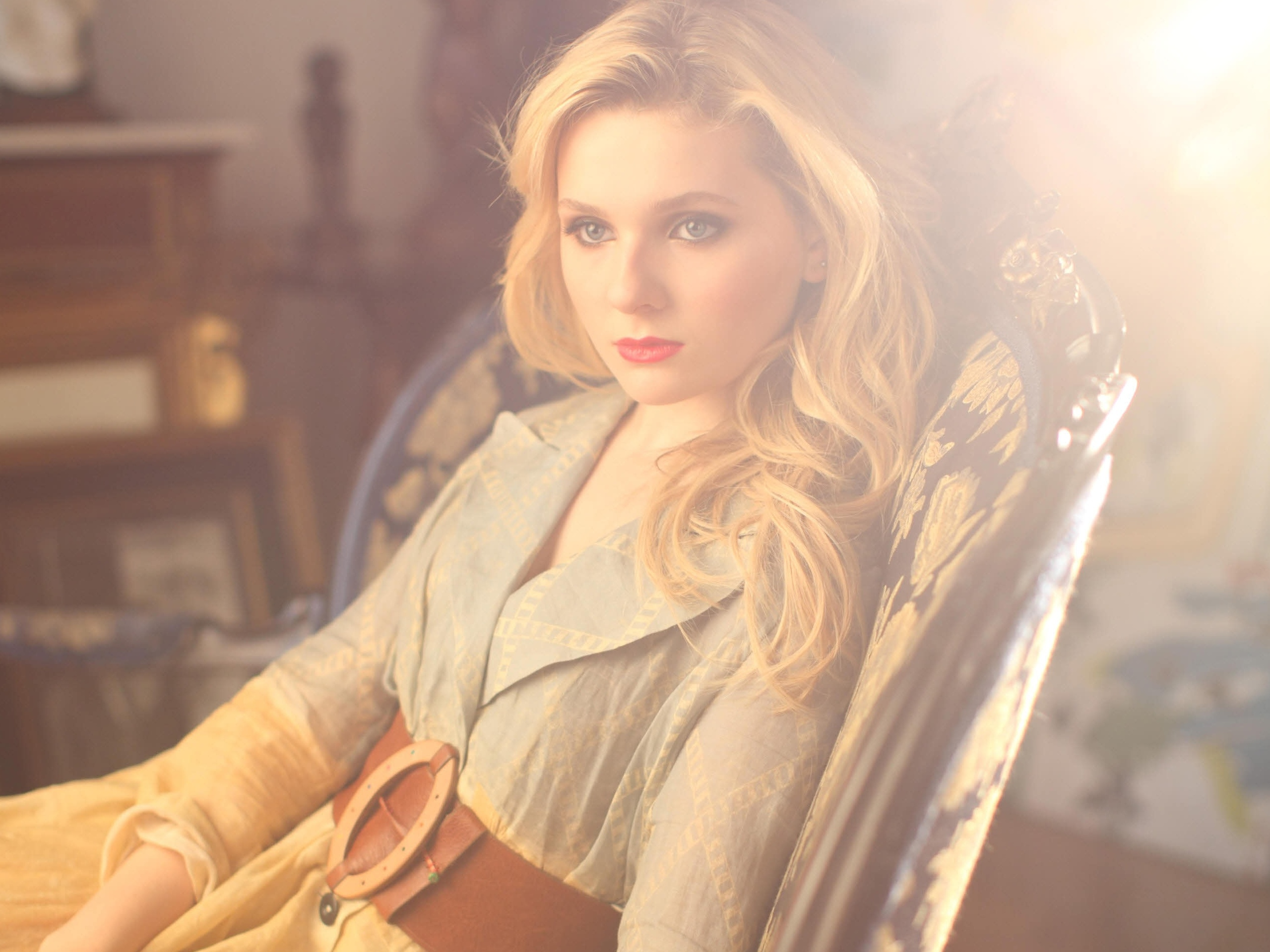 Abigail Breslin romantic picture - Abigail Breslin Movies, Age, Weight, Net Worth, Family and Wallpapers