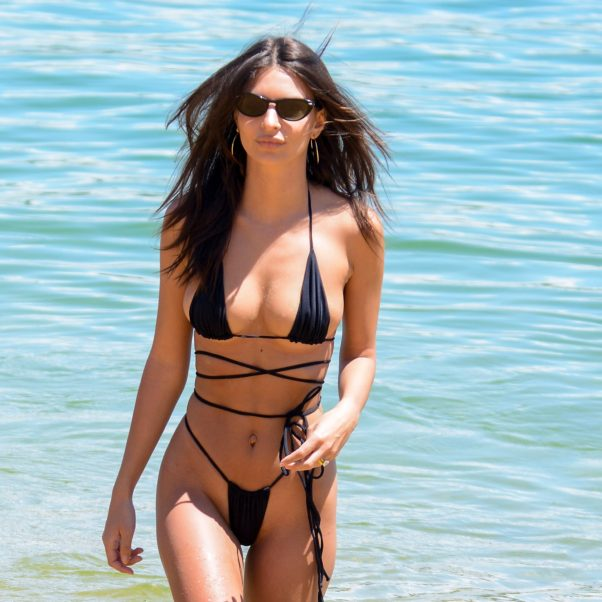 Hot Model Emily Ratajkowski Super Bikini Pictures