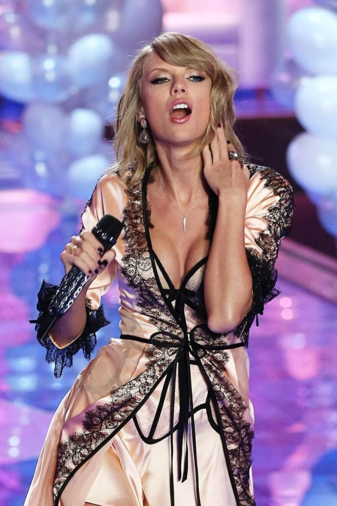 Hot Blonde Taylor Swift 682x1024 - Taylor Swift Net Worth, Pics, Wallpapers, Career and Biography
