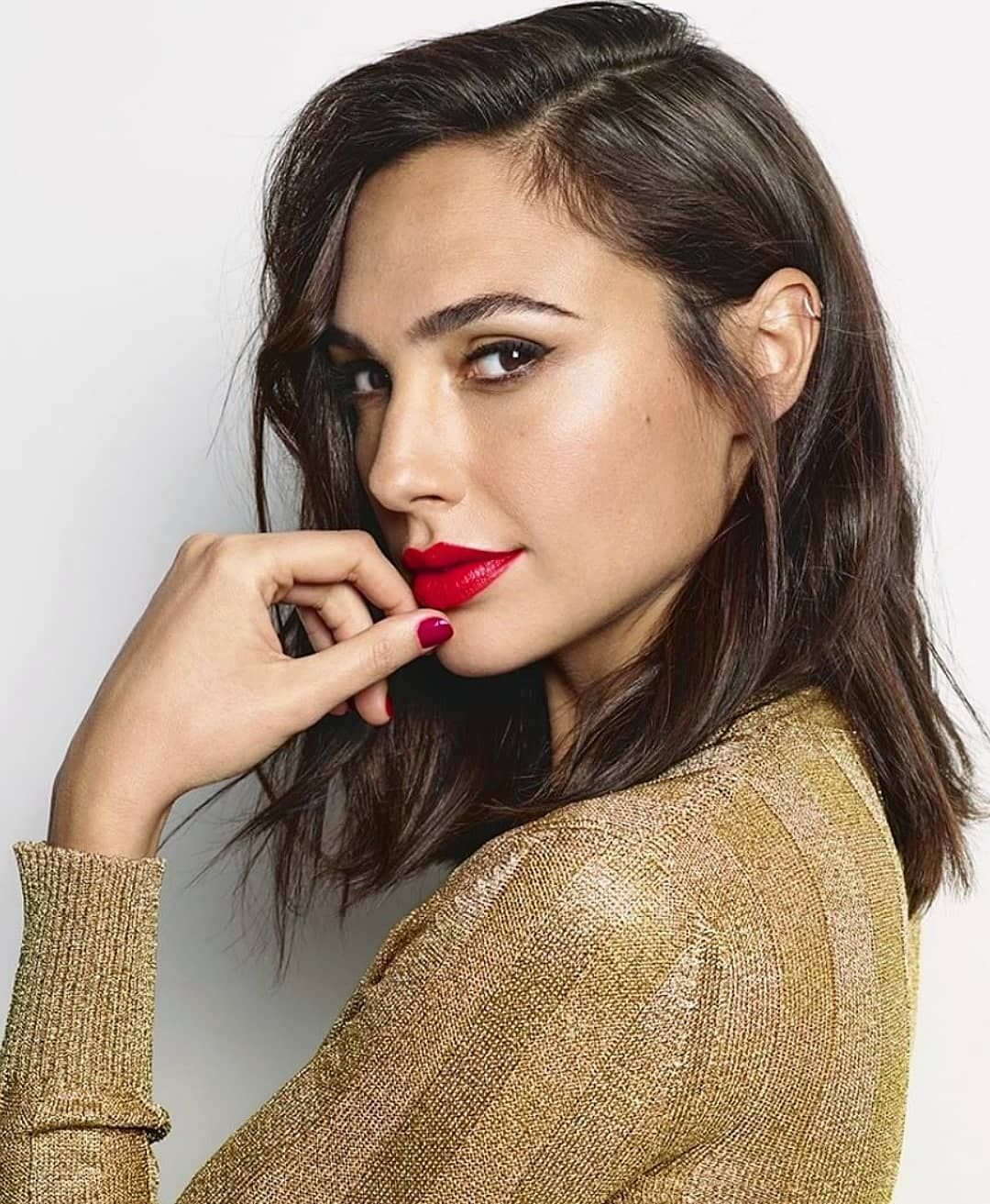 Gal Gadot Hot Red Lips Pics - Gal Gadot Net Worth, Pics, Wallpapers, Career and Biography