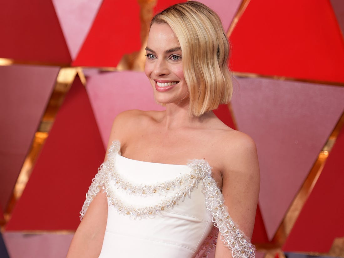 Margot Robbie Hot Decollete Dress Pics - Margot Robbie Net Worth, Pics, Wallpapers, Career and Biography