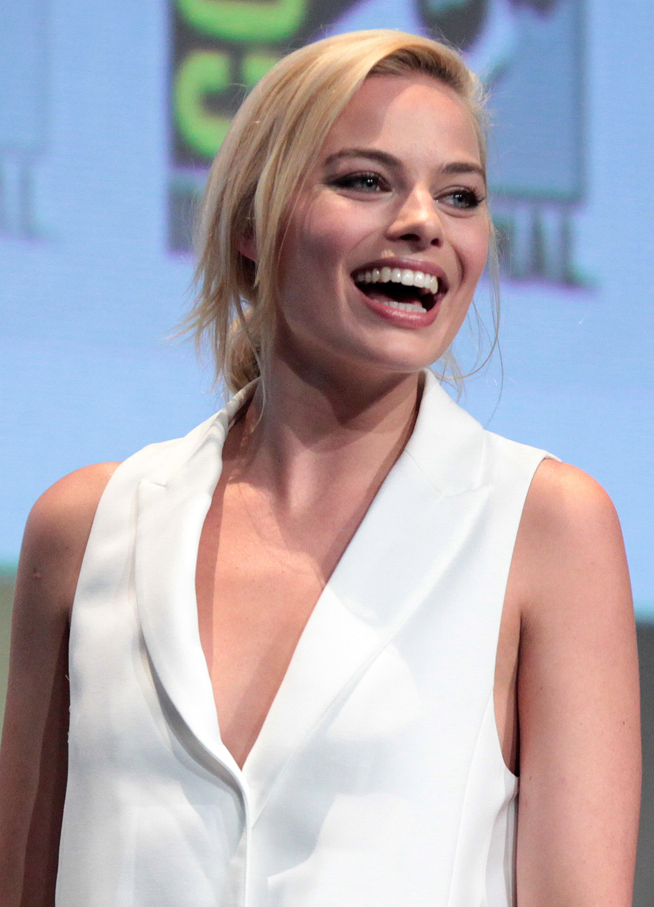 Margot Robbie Smiling Pics - Margot Robbie Net Worth, Pics, Wallpapers, Career and Biography