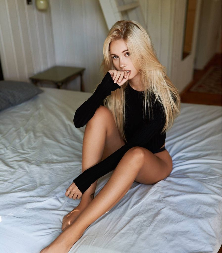 Maria Domark Beautiful Legs Bed Pose 898x1024 - Maria Domark Net Worth, Pics, Wallpapers, Career and Biograph