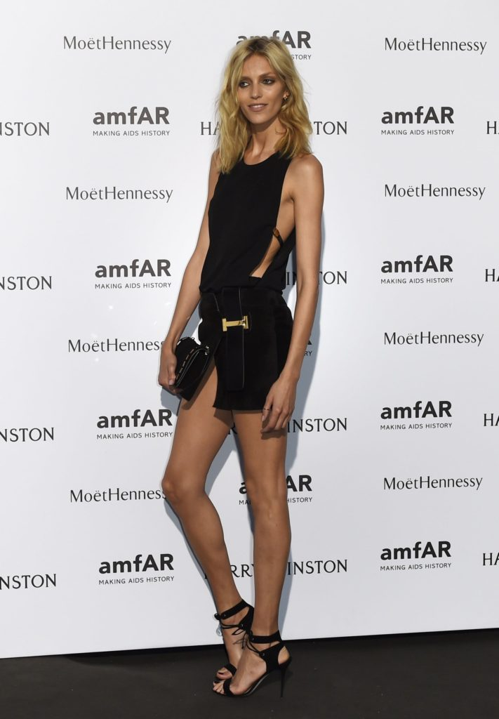 Anja Rubik Hot Black Dress 711x1024 - Anja Rubik Net Worth, Pics, Wallpapers, Career and Biograph